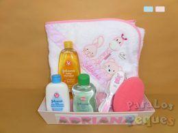 Cesta a bañarse bordada para bebe rosa