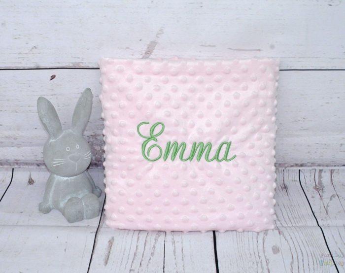 Manta rosa para bebe bordada en verde