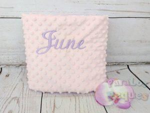 Manta rosa para bebe bordada en lila
