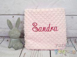 Manta rosa para bebe bordada en fucsia