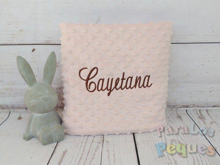 Manta rosa para bebe bordada en chocolate