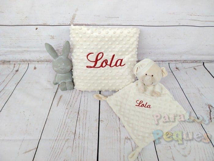 DouDou y Manta beige bordado granate para bebe