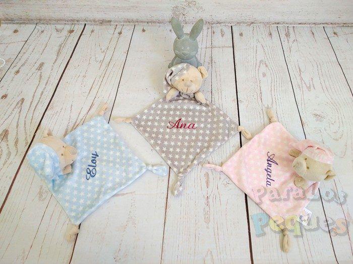 DouDou estrellas bordado para bebe gris, azul y rosa