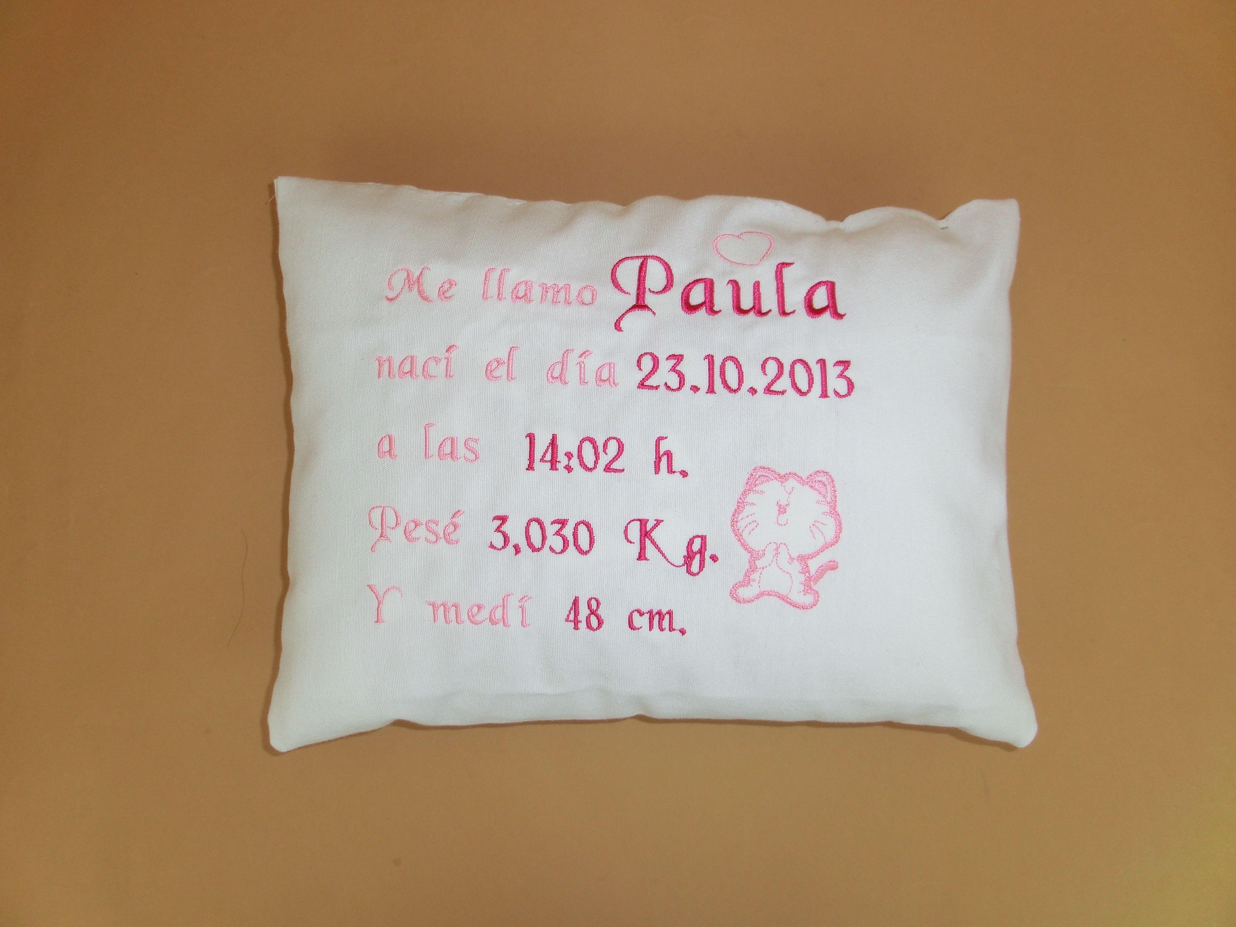 Cojín nacimiento bordado rosa para bebé