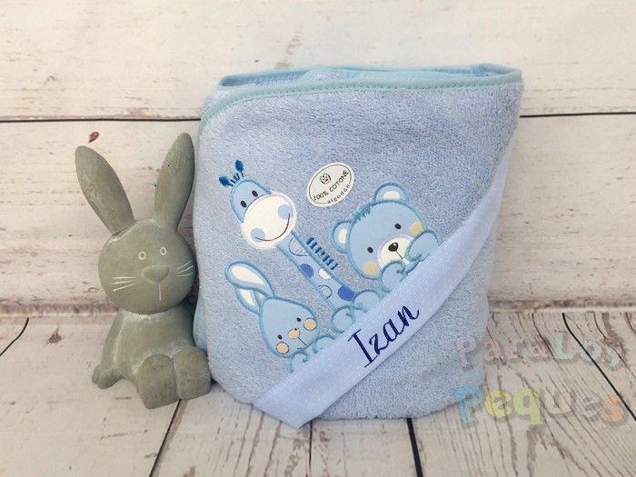 Capa de baño para bebe azul bordada chocolate jirafa