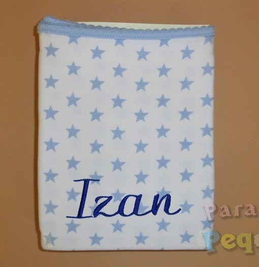 Arrullo blanco con estrellas azules bordado en azul marino