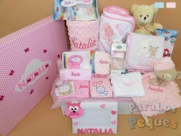 Cesta bordada para bebé muchomimo blanca y rosa bordada fucsia