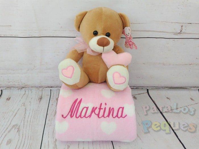 Peluche manta coralina con oso rosa bordada fucsia