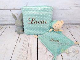 Regalo para bebe. DouDou y Manta verde bordado para bebe