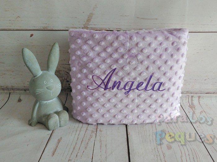 Manta lila para bebe bordada en morado