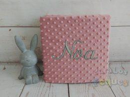 Manta rosa maquillaje para bebe bordada en gris